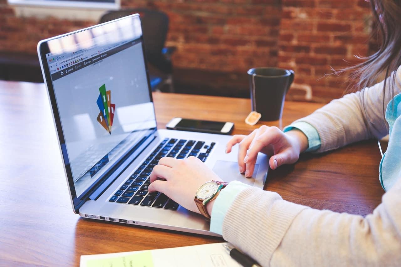 student 849826 1280 - การออกแบบตราสินค้า, ออกแบบโลโก้สินค้า มีความสำคัญอย่างไร