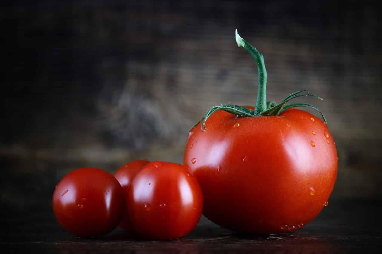 tomato 2823824 1280 - โทนสีที่ควรมีในงานพิมพ์เมนูอาหาร ช่วยเพิ่มความอยากอาหารของลูกค้าได้