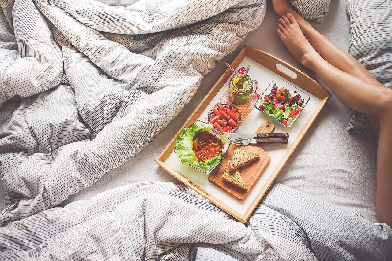 adult 1867769 1280 - 4 นิสัยการกินที่ต้องเลิก หากอยากเป็นสายรักสุขภาพ