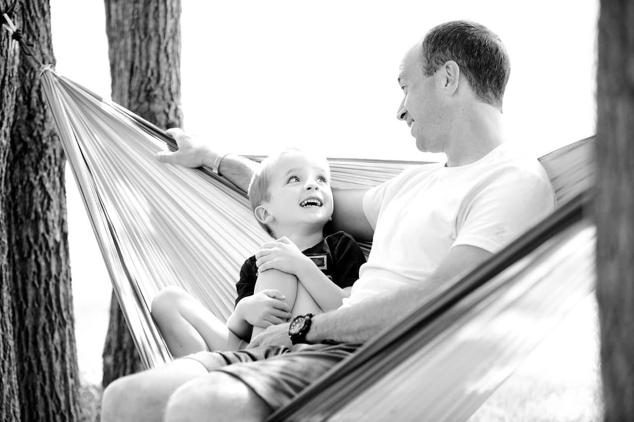 """father 1633655 1280 - พูดคุยกับลูกอย่างไรหากสงสัยว่าลูกอาจกำลังถูก """"บูลลี่"""" ?"""