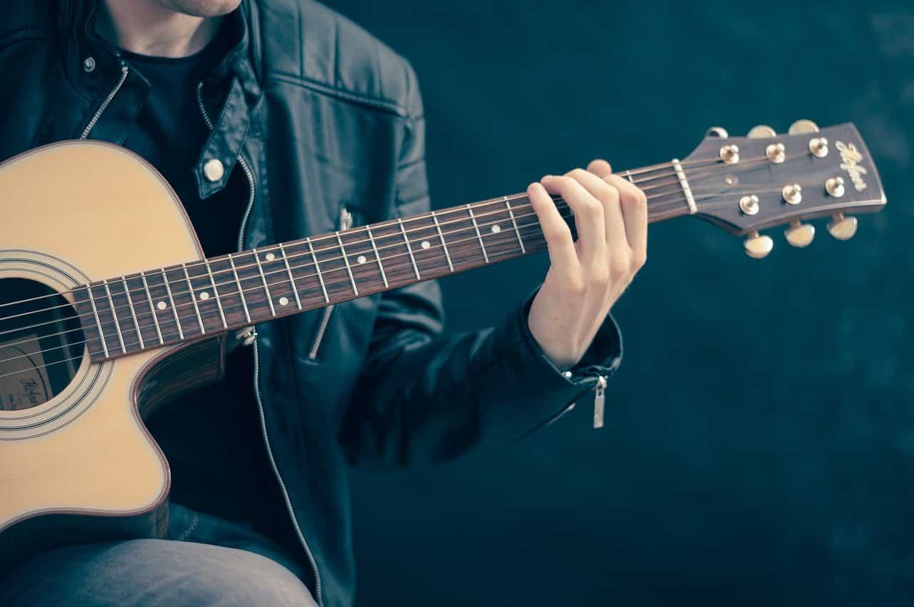 guitar 756326 1280 - ย้อนวันวานไปดู 8 วิธีจีบกันของคนรุ่นก่อน สมัยนั้นเขาจีบกันยังไงนะ?